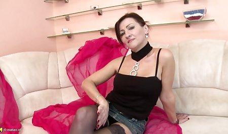 Curvas sexo con maduras culonas Mia Khalifa en la mesa durante la entrevista